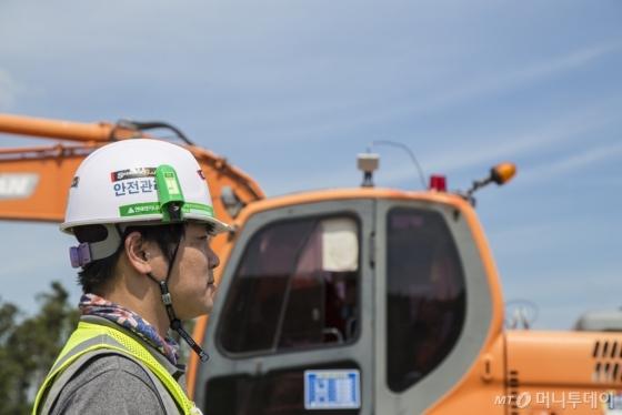 현대엔지니어링 직원이 '장비접근경보시스템'에 따른 '전자태그 스티커'가 부착된 안전모를 착용하고 있다. /사진제공=현대엔지니어링