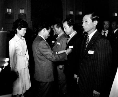 박정희 전 대통령(왼쪽에서 두 번째)이 영부인 대행을 맡은 영애 박근혜(왼쪽)와 재일거류민단유공자훈장수여를 하고 있다. /사진=국가기록원