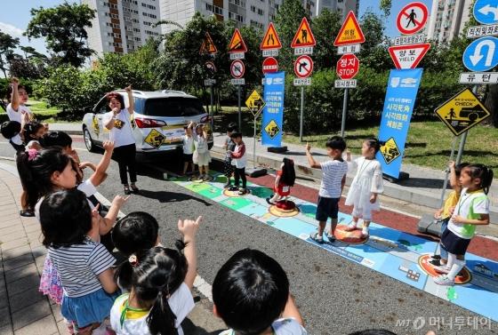 한국GM과 세이프키즈코리아가 12일, 인천 '부평꿈나무교통나라'에서 유치원생 등 70명을 대상으로 어린이 교통사고 예방을 위한 교통안전 체험교실을 열었다. /사진제공=한국GM