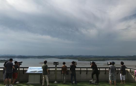 경기도 파주시 오두산 전망대에서 관람객들이 망원경을 이용해 북쪽을 바라보고 있다. /사진=뉴스1