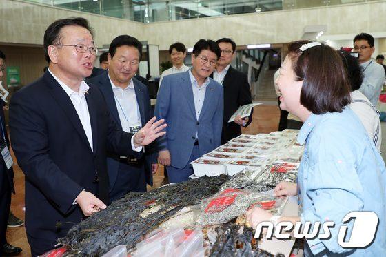 [사진]추석맞이 지역특산품직거래장터 방문한 김부겸 장관