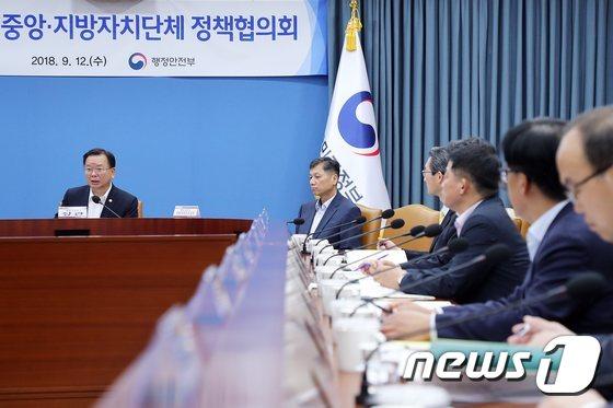 [사진]모두발언하는 김부겸 장관