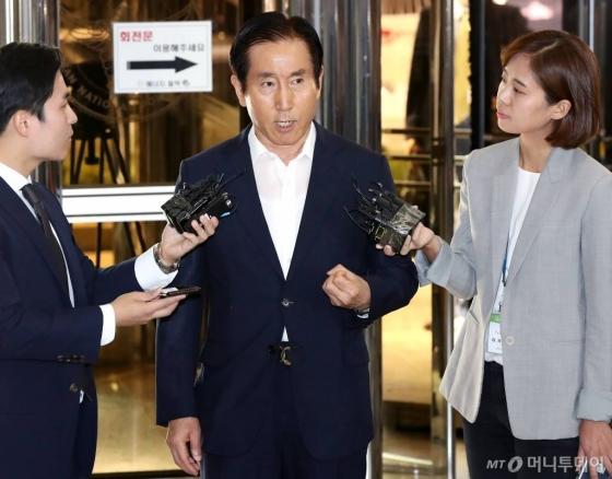 이명박정부 시절 온라인 댓글공작에 관여한 혐의를 받고 있는 조현오 전 경찰청장이 5일 오전 서울 서대문 경찰청으로 출석하고 있다. /사진=홍봉진 기자