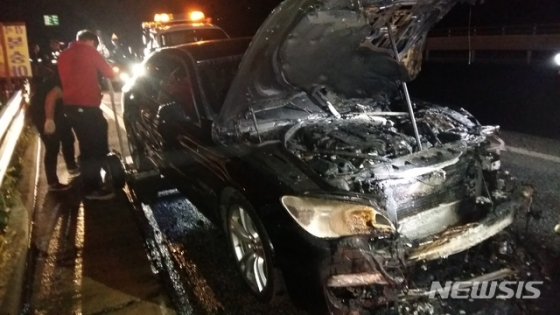 지난 12일 밤 9시37분쯤 충북 음성군 감곡면 문촌리 한 도로에서 주행 중이던 BMW 승용차에 불이 나 2700만원의 재산 피해가 발생했다./사진=음성소방서, 뉴시스