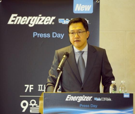 황현성 에너자이저 코리아 대표가 에너자이저의 가장 오래가는 알카라인 건전지 '에너자이저 맥스 플러스'에 대해 설명하고 있다.