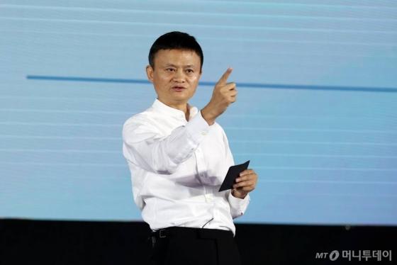 마윈<br><br>WUXI, Sept. 10, 2017 (Xinhua) -- Jack Ma, founder and chairman of China's e-commerce giant Alibaba, speaks at the World Internet of Things Exposition (WIOT) in Wuxi, east China's Jiangsu Province, Sept. 10, 2017. (Xinhua/Chen Wei) (lfj)