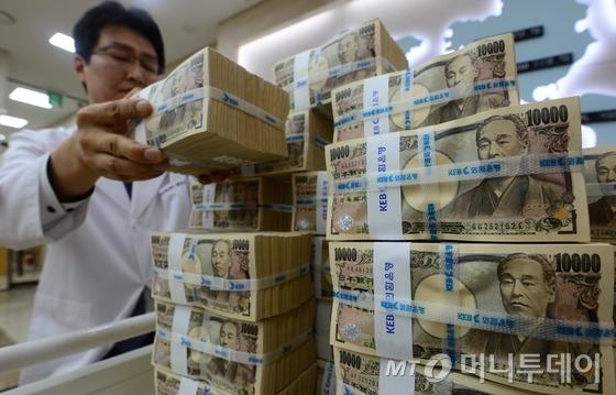 16일 서울 중구 을지로 외환은행 본점에서 한 직원이 엔화를 정리하고 있다.한국은행은 이날 한국과 일본이 오는 23일 만료되는 100억달러(약 11조30억원) 규모의 통화스와프 계약에 대해 연장하지 않기로 했다고 밝혔다. 이로써 2001년 처음 체결된 양국 통화스와프 계약은 14년만에 중단된다.통화스와프는 외환 위기 등 비상시에 상대국에 자국통화를 맡기고 상대국 통화나 달러를 받을 수 있도록 하는 계약이다. 2015.2.16/뉴스1  <저작권자 © 뉴스1코리아, 무단전재 및 재배포 금지>