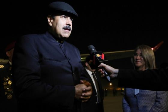 13일 중국 베이징에 도착한 니콜라스 마두로 베네수엘라 대통령이 기자들의 질문에 답하고 있다. /AFP PHOTO-Venezuelan Presidency