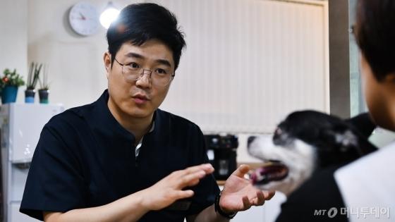 견주와 상담하는 김정현 대표의 모습. /사진=이상봉 기자
