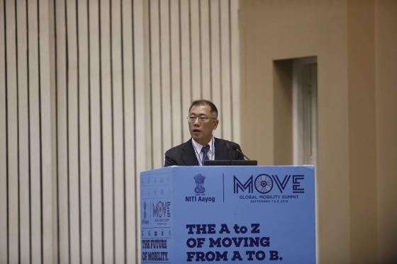 현대차 정의선 부회장이 7일 인도 현지에서 개최된 '무브(MOVE) 글로벌 모빌리티 서밋'에 참가, 기조연설을 통해 자동차 산업 패러다임 변화에 따른 현대차의 모빌리티 지향점과 역할에 대해 발표하고 있다./사진제공=현대차