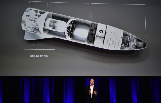 스페이스X의 최고경영자(CEO) 일론 머스크가 지난해 9월 29일 세계우주회의(IAC)에서 '빅 팰컨 로켓' 향후 계획에 대해 설명하고 있다. /AFPBBNews=뉴스1