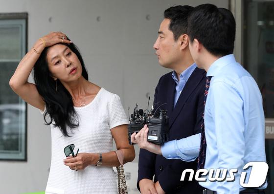 [사진]취재진 질문 답변하는 배우 김부선
