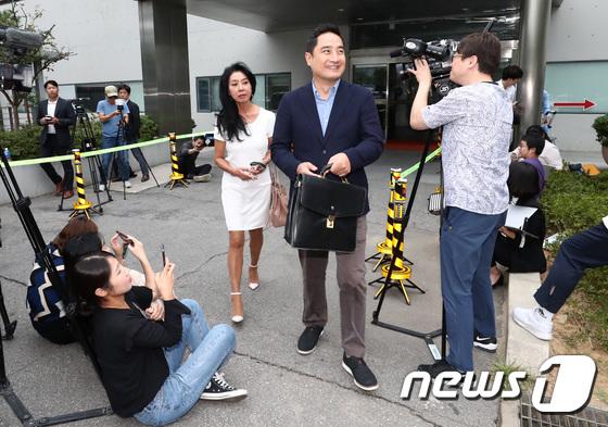 [사진]분당경찰서 나서는 배우 김부선