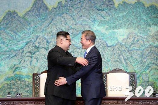 지난 4월27일 남북정상회담 당시 문재인 대통령과 김정은 국무위원장이 평화의 집 1층에서 공동선언문에 서명 후 포옹을 하고 있다. /사진=한국공동사진기자단