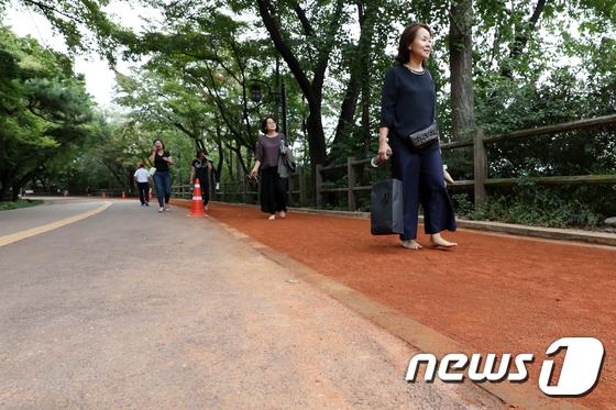 [사진]'맨발로 황톳길 걸어요'