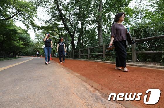 [사진]'남산 천연 황톳길 걸어요'