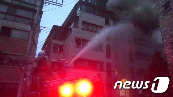 [사진]서울 관악구 5층 아파트 화재,·주민 7명 구조