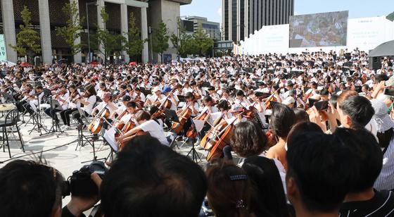 지난해 9월17일 서울 광화문광장에서 열린 제4회 서울국제생활예술오케스트라축제에서 참가자들이 아름다운 하모니를 선사하고 있다./사진=뉴스DB