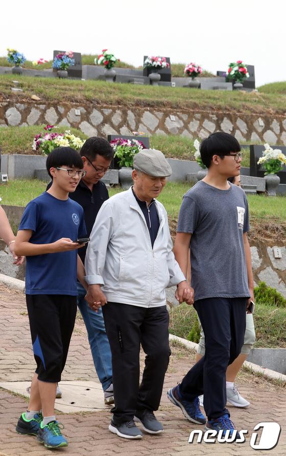 [사진]'손자들과 함께 성묘 왔어요'