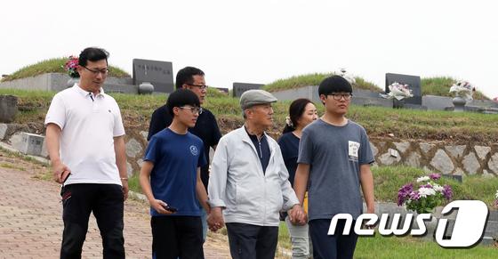[사진]'실향민 할아버지 손 꼭잡고'