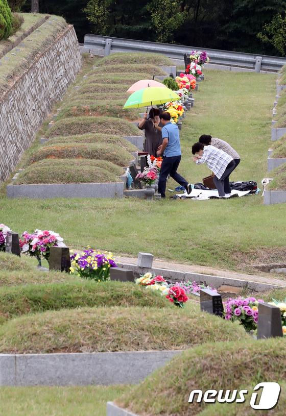 [사진]추석 앞두고 가족들이 성묘