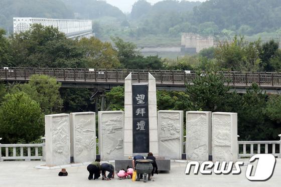 [사진]추석 앞두고 망배단 앞에서 절하는 실향민 가족