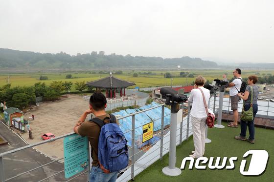 [사진]北 바라보는 외국인 관광객들