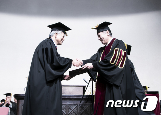 [사진]염재호 고려대 총장, 日와세다대학 명예박사 학위 수여