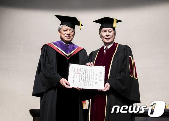 [사진]염재호 고려대 총장, 일본 와세다대학 명예박사 학위 수여