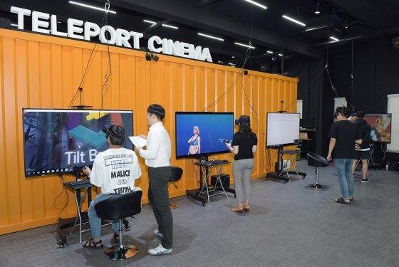 순천향대 VR스튜디오 VR체험존에서 학생들이 ▲TILT BRUSH(3D그림그리기) ▲SHARECARE VR(해부, 수술 시뮬레이터) ▲The LAB(VR게임) ▲Job simulator(가상현실 직업체험) 콘텐츠를 체험하고 있다.