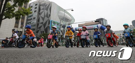 [사진]'차 없는 거리 달려는 어린이들'