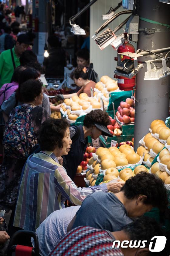 [사진]과일 고르는 시민들