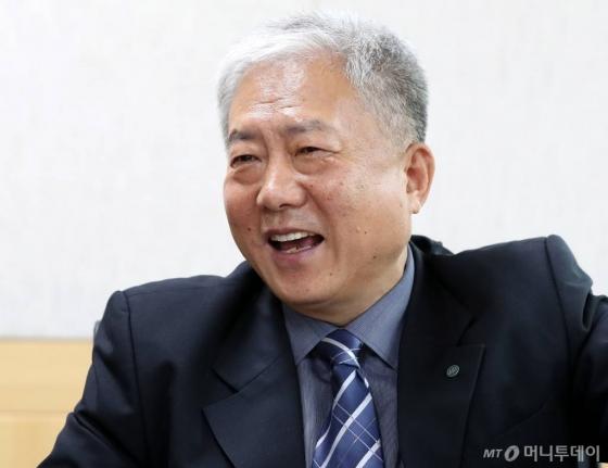 """김동만 이사장은 """"해외취업에 일부 문제가 있다고 해서 사업 전체를 부정하는 일은 있어서는 안된다""""고 지적했다. /사진=홍봉진 기자"""