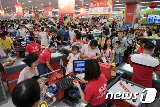 슈퍼태풍 망쿳 상륙을 앞둔 지난 15일 중국 광둥성 잔장시의 한 마트가 식료품을 미리 구비해놓으려는 시민들로 인산인해를 이루고 있다. /사진제공= 뉴스1