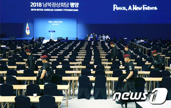 [사진]남북정상회담 프레스센터 점검하는 경찰특공대