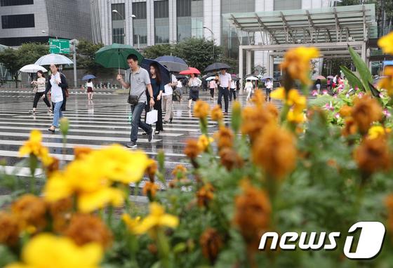 시민들이 비 오는 거리를 우산을 쓴 채 걷고 있다. /사진제공= 뉴스1
