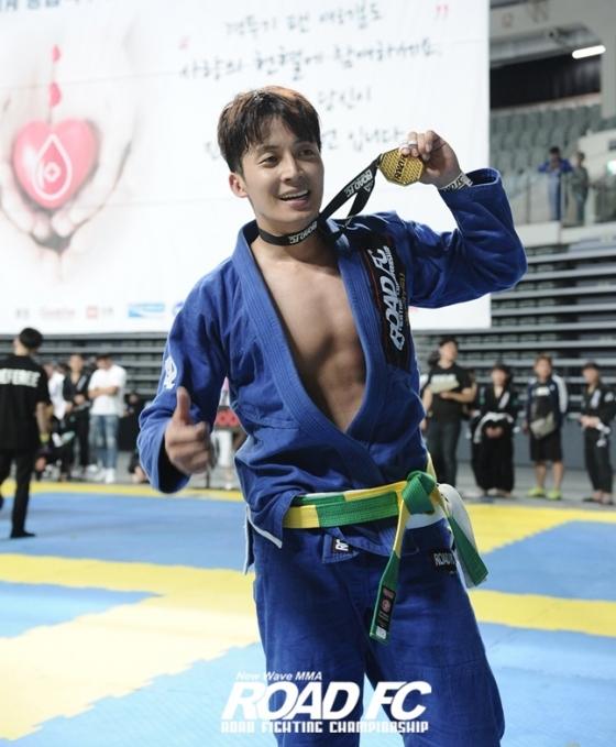 개그맨 허경환(37)이 16일 '제 1회 로드FC 주짓수 대회'에서 금메달을 목에 걸었다. /사진= 로드FC 제공