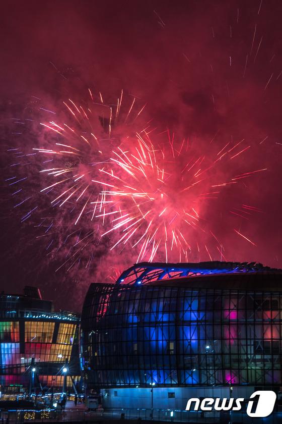 [사진]밤하늘 수놓는 화려한 불꽃쇼