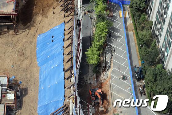 지난 2일 오후 서울 금천구 가산동의 한 아파트 인근 도로에서 관계자들이 지반침하 현상이 발생한 도로를 보강공사 하고 있다. 2018.9.16/뉴스1 © News1 황기선 기자