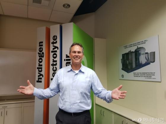잭 브라우어 미국 국립수소연료연구센터장이 지난 6일 미국 캘리포니아주 UC어바인 내 강의실에서 인터뷰 도중 포즈를 취하고 있다./사진=황시영 기자