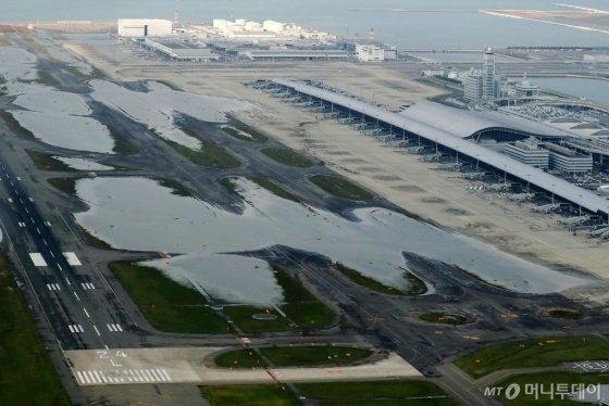 5일 태풍 '제비'의 강타로 물에 잠긴 오사카 이즈미사노에 있는 간사이국제공항 활주로의 모습. 태풍의 영향으로 최소 9명이 숨지고 340명 이상이 다치는 등 인명피해가 속출했다. © AFP=뉴스1
