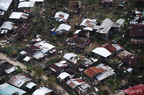 16일(현지 시각) 필리핀 가타란 지역의 주택들이 수퍼 태풍 '망쿳'이 몰고 온 강풍으로 부서져 있다. '망쿳'은 15일 필리핀을 강타한 데 이어 이날 홍콩과 중국 남부지역까지 덮쳤다. © AFP=뉴스1