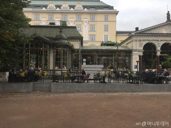 140년이 넘는 세월 동안 자리를 지켜온 카페&레스토랑 카펠리. 통유리창의 목조 건물로 만들어져 관광명소로 자리잡았다. /헬싱키(핀란드)=김고금평 기자