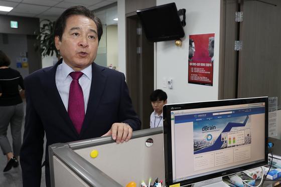 """심재철 자유한국당 의원이 18일 서울 여의도 국회의원회관 의원실에서 정부 재정정보분석시스템  자료 유출 의혹과 관련해 '디브레인' 시연과 함께 해명하고 있다.  심 의원은 기획재정부가 심 의원의 보좌진들을 '비인가 행정정보 무단 열람' 사유로 검찰에 고발한 것에 대해 """"국정감사를 앞두고 정부와 민주당의 야당 의원실에 대한 탄압""""이라고 이날 밝혔다. 2018.9.18/뉴스1  <저작권자 © 뉴스1코리아, 무단전재 및 재배포 금지>"""
