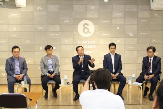 19일 열린 '2018 굿인터넷클럽 8차 행사'에 참석한 패널들이 인터넷산업 규제 관련 토론을 펼치고 있다. /사진제공=인기협.