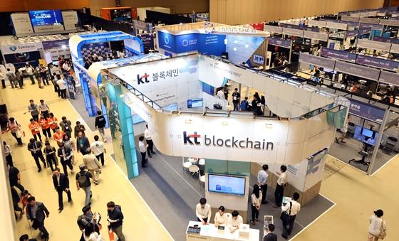 17~19일 서울 코엑스에서 열린 '블록체인 서울 2018'은 다양한 블록체인 서비스를 체험할 수 있는 기회가 주어졌다. /사진제공=뉴스1<br>