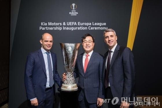 기아차는 지난 3월7일(현지시간) 스위스에 있는 인터컨티넨탈 제네바 호텔에서 'UEFA 유로파 리그 공식 후원' 조인식을 진행했다. 이 자리엔 조용원 기아차 마케팅사업부장(전무·가운데), 피터 윌렘스 UEFA 마케팅·스폰서십 총괄(왼쪽), 에르난 크레스포 UEFA 홍보대사(오른쪽) 등이 참석했다./사진제공=기아자동차