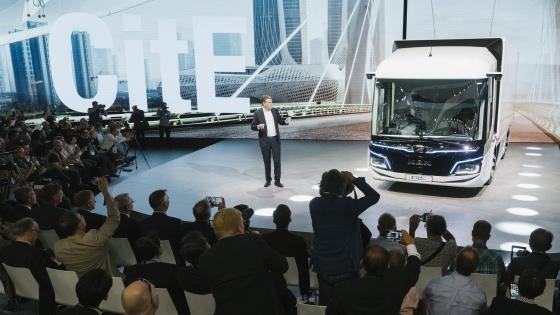 만트럭버스 요아킴 드리스 CEO가 IAA 2018 에서 도심형 순수 전기트럭 'CitE'를 소개하는 모습/사진제공=만트럭버스코리아