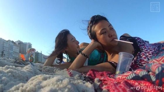 위경은씨(왼쪽)와 김연우씨가 세계여행 중 찍은 사진. 해변에서 한가로운 한때를 보내고 있다./사진 제공=김연우, 위경은씨