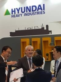 정기선 현대중공업 부사장(맨 오른쪽)이 지난 18일 스페인 바르셀로나에서 열린 가스텍 2018 컨퍼런스에 참석해 유럽 선주와 현장에서 미팅을 갖고 있다. / = 박준식 기자
